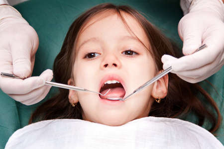dentiste: enfant malade chez le dentiste - close up Banque d'images