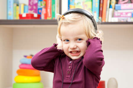 hapyi little girl with headphone Imagens - 13057863