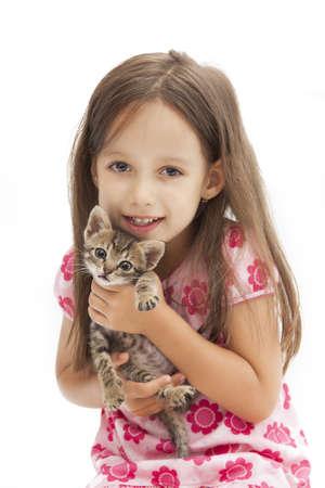 sonrisa niña de la celebración de una adorable gato
