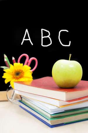 begining: scuola pincipio concetto con il libro colorato e mela