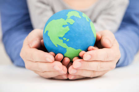 mundo manos: padre e hija arcilla tierra que sostiene el mundo
