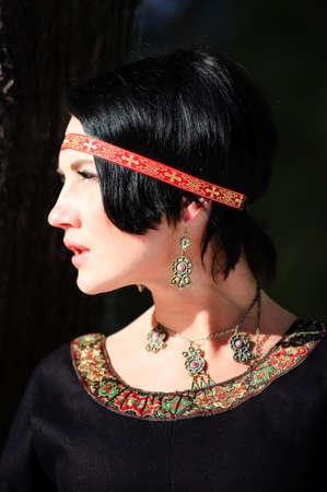 abito medievale: La ragazza in un vestito medievale del cacciatore