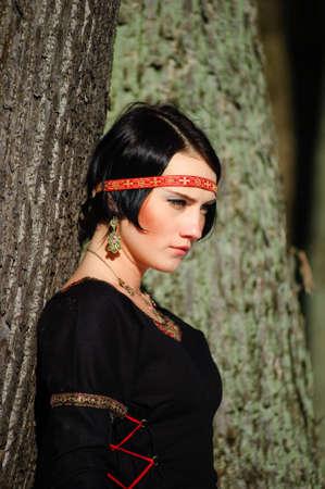 teatro antiguo: La chica en un vestido medieval del cazador Foto de archivo