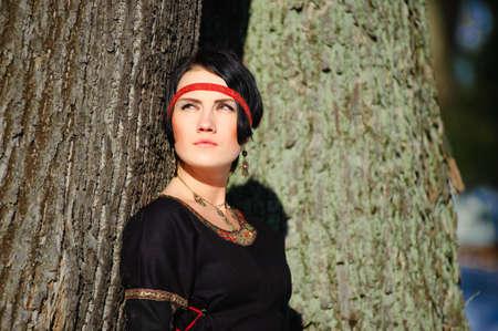 middeleeuwse jurk: Het meisje in een middeleeuwse jurk van de jager  Stockfoto