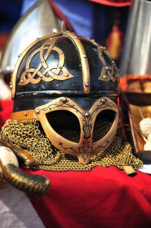 casco rojo: Casco antiguo de vikingos con el ornamento celta Foto de archivo