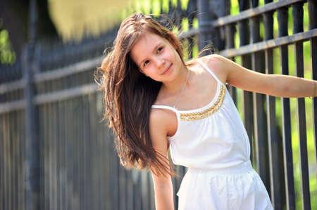blusa: Retrato de la ni�a con el pelo largo buscando un lado