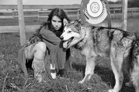 esquimal: American Indian Woman cerca a Husky Foto de archivo