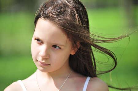 beiseite: Portrait des kleinen M�dchens mit langen Haaren, die beiseite suchen