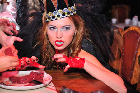 aggressively: La ragazza, il vampiro aggressivamente guarda avanti  Archivio Fotografico
