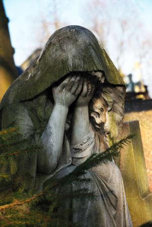 mourn: Statua di una donna lutto