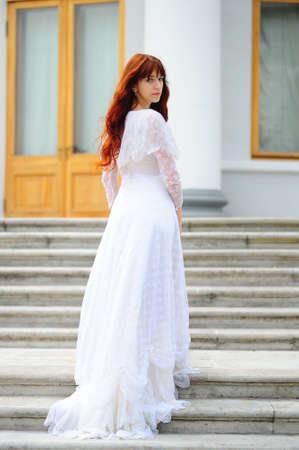 medieval dress: La ni�a deja en un vestido blanco