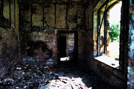 destroyed: Raum des Hauses brannte