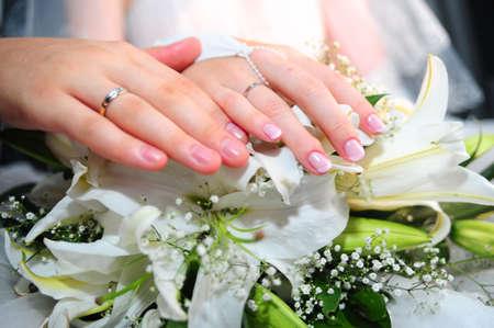 Hände der eine neu-verheirateten Paar mit Trauringe