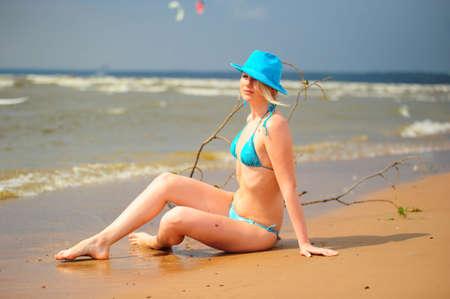 two piece bathing suit: La rubia en un traje de ba�o azul  Foto de archivo