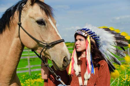 indio americano: American Indian Girl acariciando a su caballo fuera
