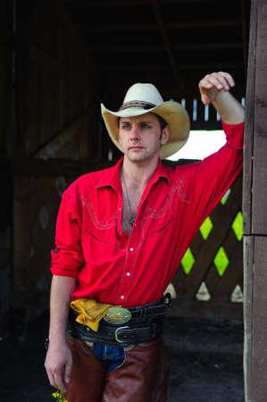 shirt unbuttoned: Ritratto di un maschio adulto males indossare il cappello da cowboy.