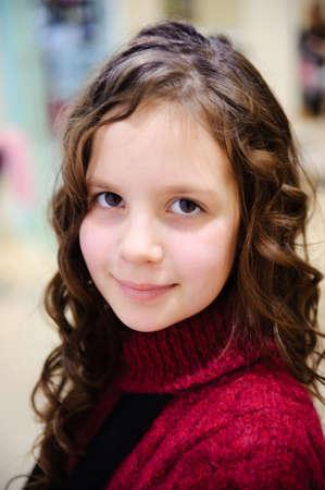 vasino: Ritratto della bella bambina della bruna con un capelli ricci