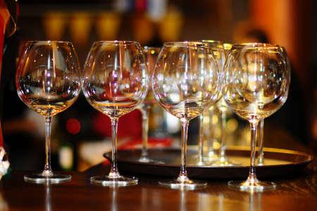 bodegas: gafas vinos blanco sobre un fondo de color marr�n