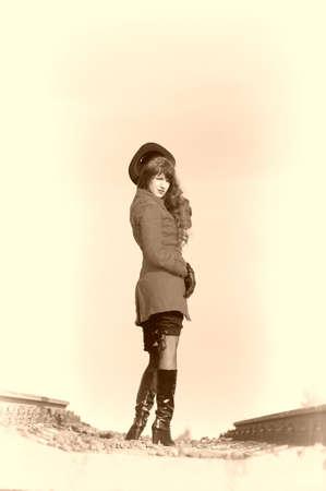 loin: Girl sur les rails.