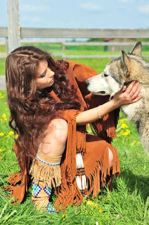 indio americano: La ni�a en un traje de los ind�genas americanos con Husky  Foto de archivo