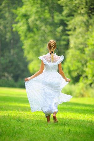 meisje in witte jurk in het park Stockfoto