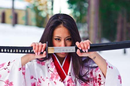 samoerai: Jonge Japanse vrouw met samurai sword mode