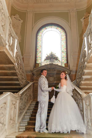 hacer el amor: reci�n casados en un hermoso palacio Foto de archivo
