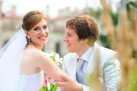 besos apasionados: reci�n casados Foto de archivo