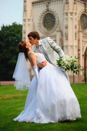 bruidegom zijn bruid omarmen