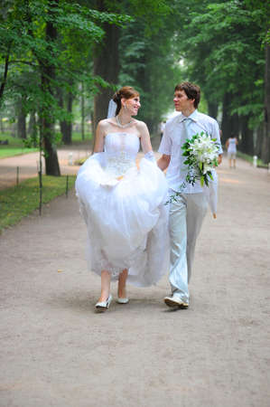 just married: pareja casada caminando por el callej�n