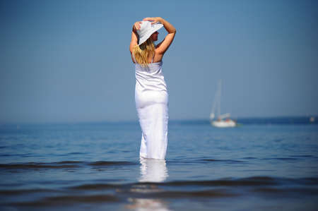 ni�a en un vestido blanco en el mar Foto de archivo - 8497805