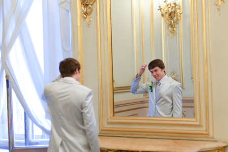 groom before the mirror photo