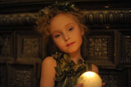 halter neck: Jonge mooi, meisje portret door gloed van kaars licht