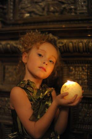 luz de velas: Retrato de chica hermosa, j�venes por el resplandor de la luz de las velas Foto de archivo