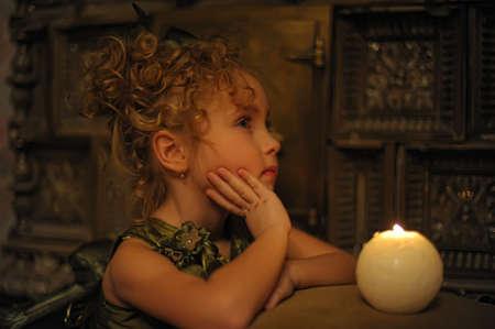 Молодая красивая, девушка портрет свечения свечах Фото со стока