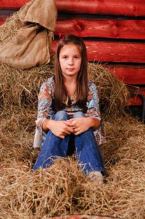 hayloft: chica en el pajar Foto de archivo