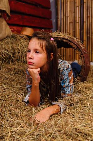 jeune fille dans la grange. Banque d'images - 9237185