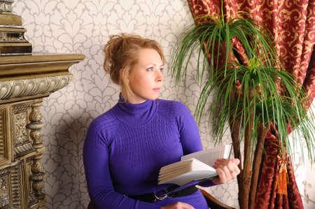 mujeres sentadas: Mujer leyendo un libro