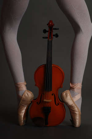 ballet bar: pointes and violin