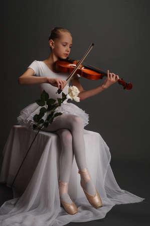 violinista: Ni�a con viol�n Foto de archivo
