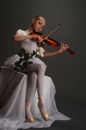performing arts: Young girl with violin