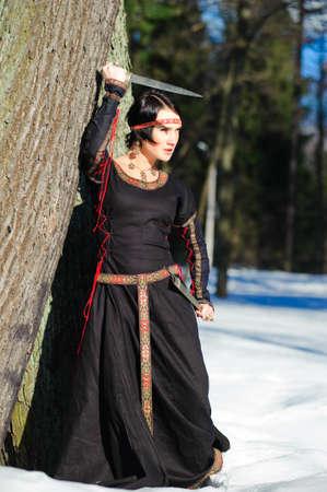 middeleeuwse jurk: Portret van het meisje met een mes in een middeleeuwse jurk  Stockfoto