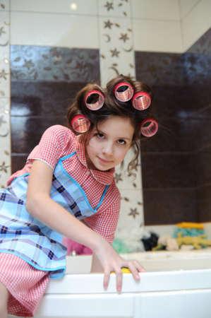 Mädchen waschen das Badezimmer Standard-Bild