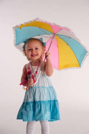 petite fille avec robe: petite fille avec parapluie