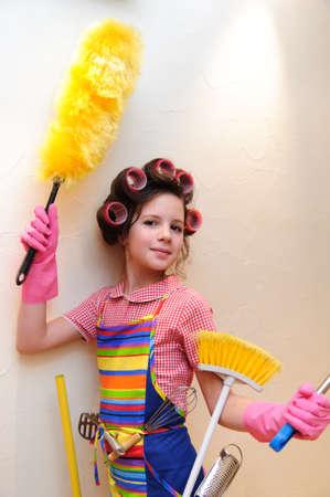ama de casa: una joven ama de casa con brochas y rodillos Foto de archivo