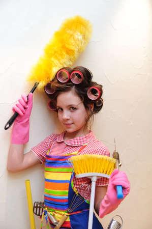 unconcerned: una joven ama de casa con brochas y rodillos Foto de archivo