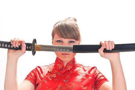 katana: meisje in een rode jurk met een katana