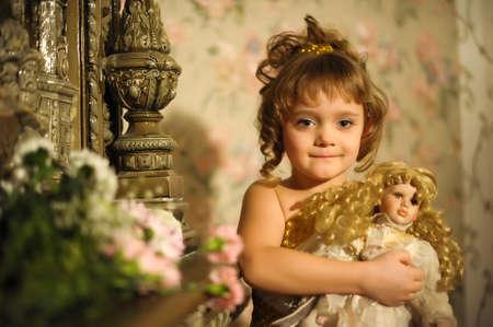fille avec une poupée. Photo rétro