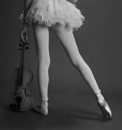 chiave di violino: Ballerina ragazza con violino Archivio Fotografico