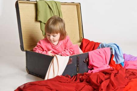 bambina e una vecchia valigia
